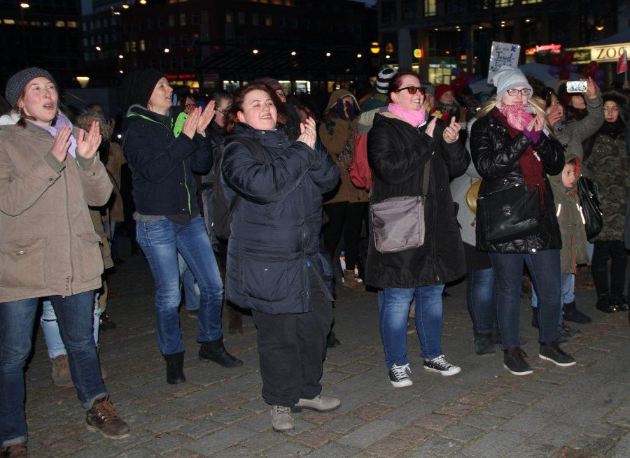 Frauen tanzen am Abend